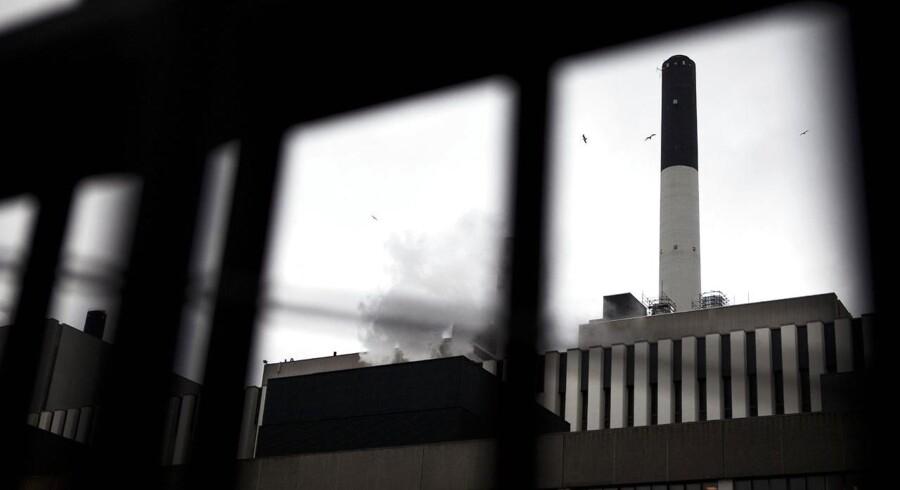 Da medarbejdere på Amagerværket i København ville rense en silo fredag formiddag, gik noget helt galt, og der opstod en brand i siloen.