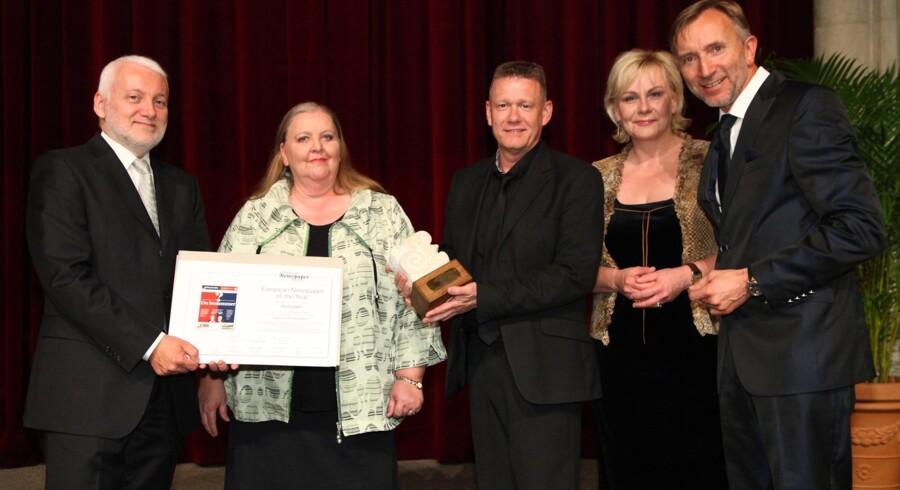 Ansvarshavende chefredaktør på Berlingske Lisbeth Knudsen og designchef Per Heilmann modtager prisen for det bedste design blandt Europas landsdækkende dagblade.