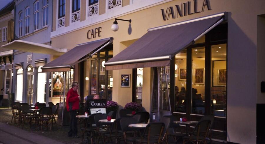 Indehaverne af Café Vanilla i Køge fastholder, at Tommy Kamp pressede dem til at servere gratis mad og drikke til ham og Henrik Sass Larsen mod, at han til gengæld ville hjælpe med en bevilling til udendørs servering.