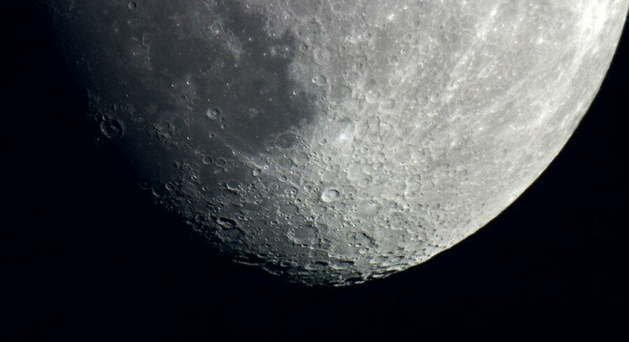 Tycho-krateret er kun 108 år gammelt og ligger midt i månens sydlige højland - den kop-arrede hage på Manden i Månen. Det er det dybe krater med en lille tap i midten.
