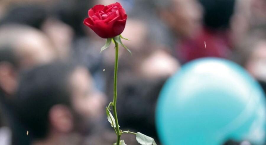 Danske roser gik søndag aften fra Helle Thorning-Schmidt til Francois Hollande.