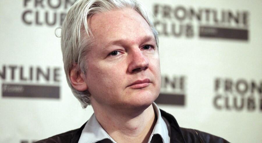 WikiLeaks-stifteren Julian Assange skulle interviewe den anholdte aktivist.