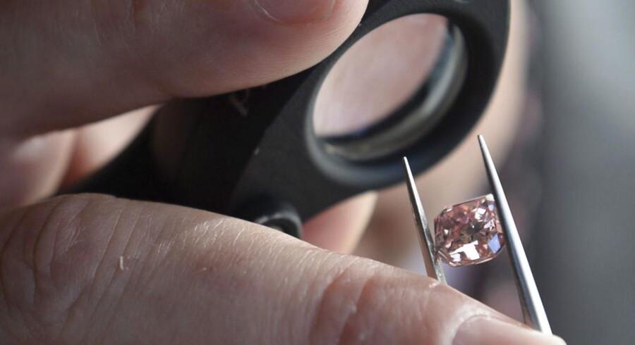 Rio Tinto, der er verdens største leverandør af naturligt farvede diamanter, har i en længere periode forsøgt at sælge divisionen for ædelstene fra.