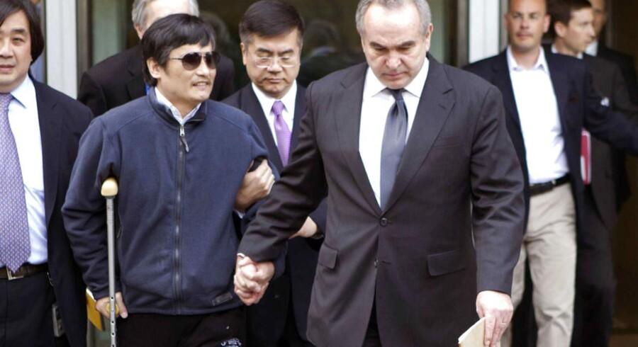 Her ses den kinesiske dissident Chen Guangcheng, da han forlader den amerikanske ambassade i Beijing sammen med Kurt M. Campbell, der repræsenterer USAs interesser i Asien.