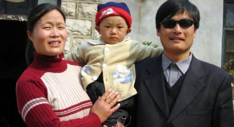 Udateret foto af Chen Guangcheng (th) med hustru og barn.