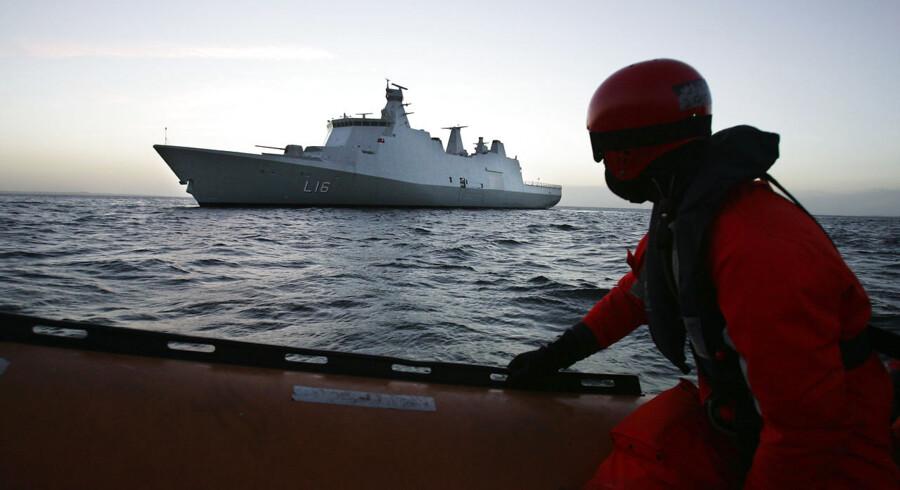 ARKIVFOTO. Fire pirater, der har været tilbageholdt på det danske krigsskib Absalon, er her til morgen blevet overdraget til Seychellerne, hvor de vil blive retsforfulgt.
