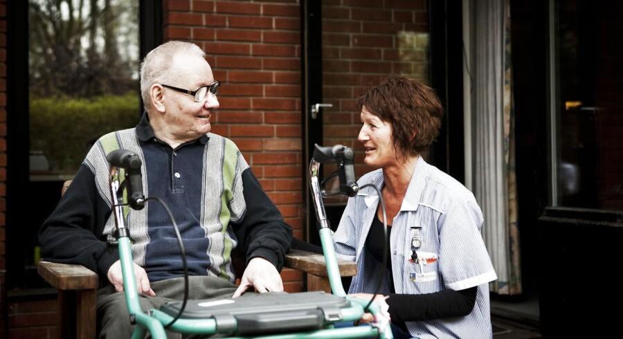73-årige Ole Jørgensen er glad for, at Ishøj Kommune har fået bragt sygefraværet og dermed antallet af vikartimer i hjemmeplejen ned. Nu har han i snart et år haft dagligt besøg af Tanja Juhl, som ved lige, hvordan han vil have tingene gjort.