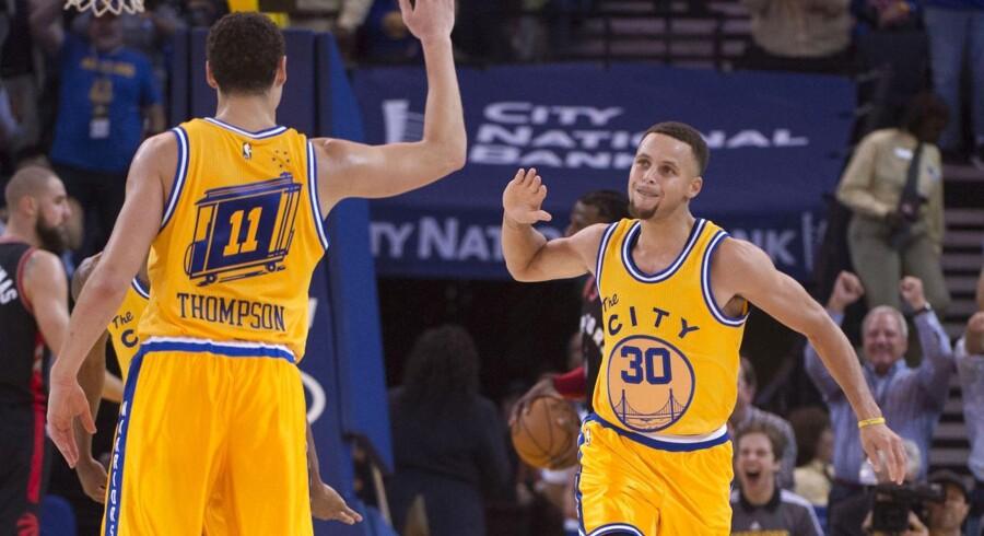 Sidste sæsons MVP Stephen Curry (30) kan fejre endnu en sejr med holdkammeraten Klay Thompson (11). Parret er kendt som 'The Splash brothers'.