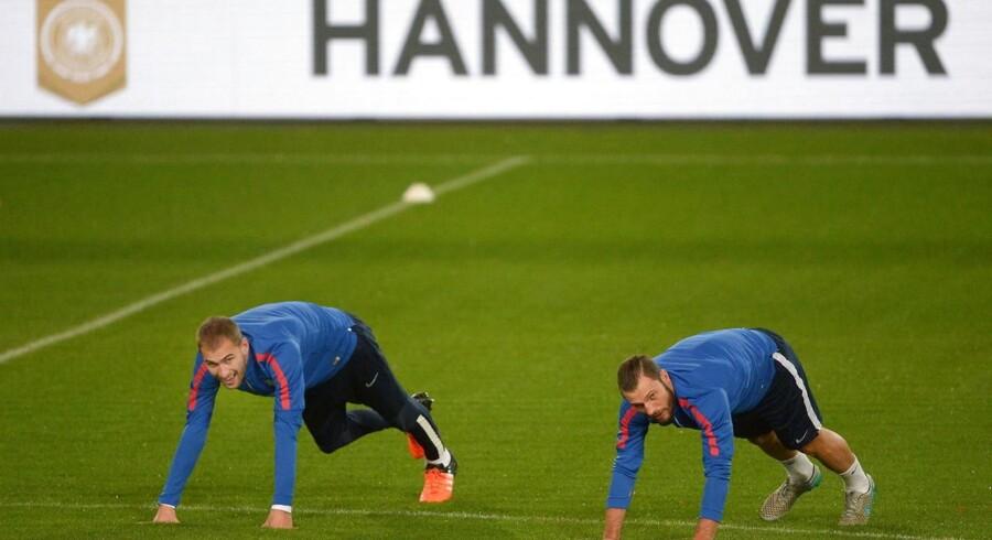 Hollandske Bas Dost (th) træner her på stadion i Hannover mandag. Landskampen mod Tyskland tirsdag blev aldrig gennemført p.g.a. risiko for terror.