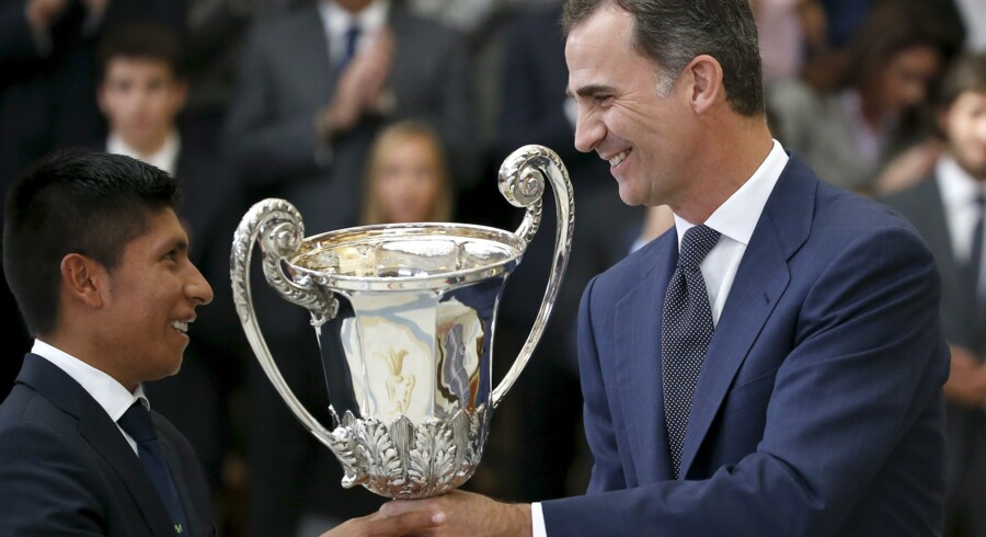 Bicycle rider Nairo Quintana (L) of Colombia receives a trophy from Spain's King Felipe during a ceremony at El Pardo palace, outside Madrid, Spain, November 17, 2015. Quintana received the Latin-American Community trophy for being the Latin-American most outstanding athlete of 2014. REUTERS/Andrea Comas