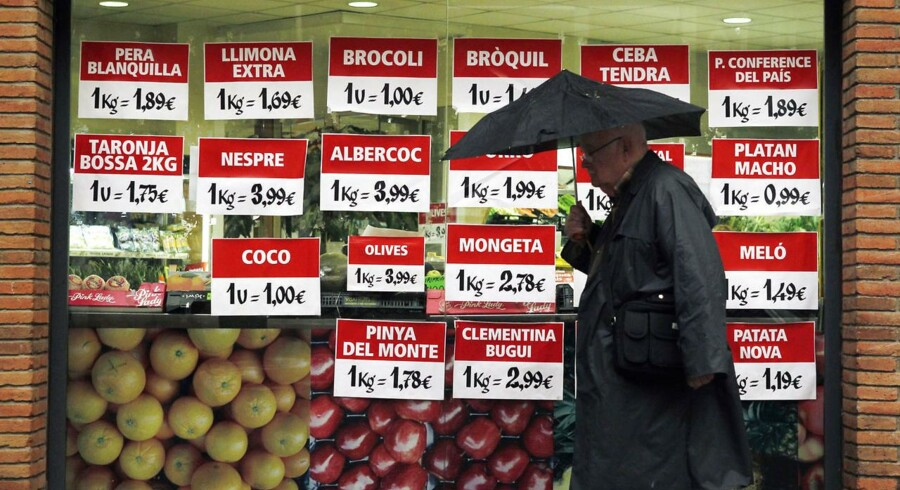 Prisskilte hos en grønthandler i Barcelona, hvor de spanske priser i april oplevede den laveste stigning siden marts 2010