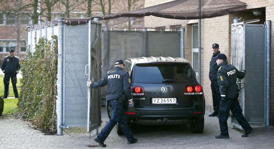 Politibil ankommer til retten Glostrup fredag den 13. april 2012. Retten i Glostrup behandler terrorsagen, hvor fire mænd anklages for at ville dræbe et stort antal mennesker i JP/Politikens Hus i december 2010. De fire, der er fra Sverige, blev anholdt med skydevåben og ammunition i Herlev.