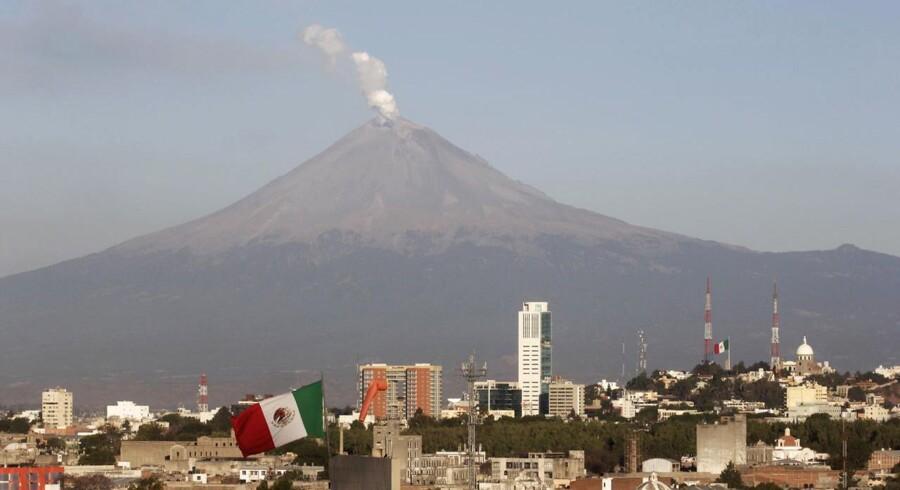 Røgen stiger fra Popocatepetl på dette billede fra søndag. Vulkanen er 5.450 meter høj.