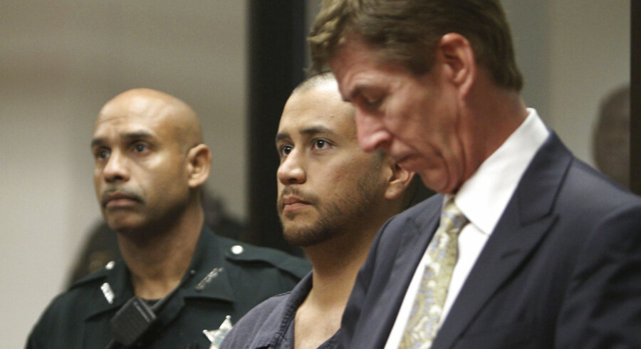 George Zimmerman (midt) med hans advokat Mark O'Mara (th).