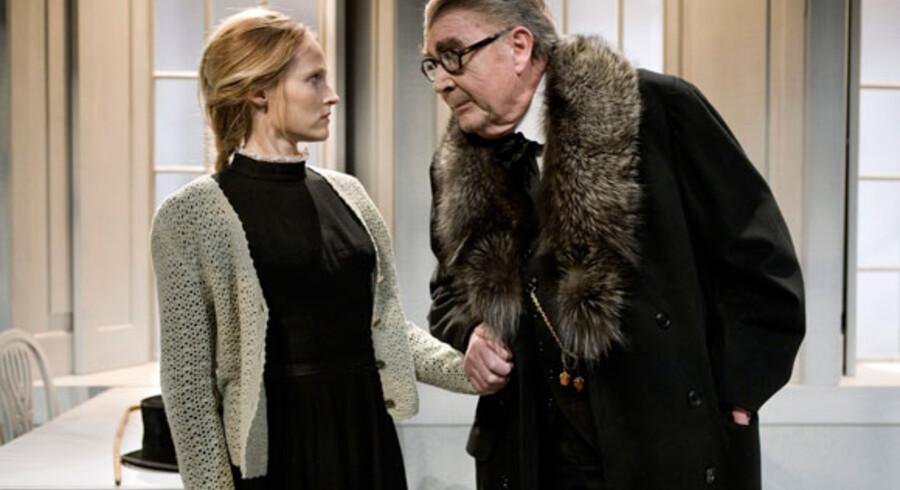 Jørgen Reenberg i sin sidste rolle som Lindqvist i Strindbergs »Påske« på Det Kongelige Teater i 2008. Her på scenen sammen med Mille Hoffmeyer Lehfeldt.