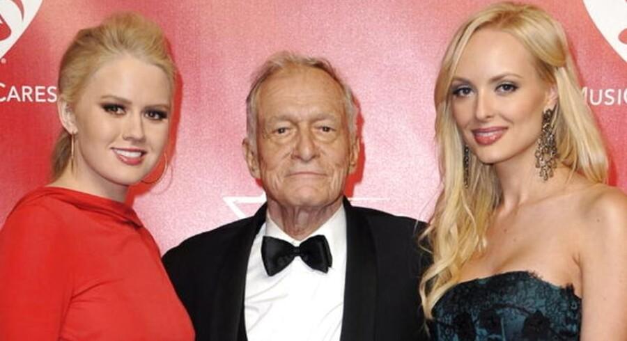 Man skulle ikke tro det, men Playboy-kongen Hugh Hefner runder de 86 år mandag. Her sammen med et par kærester, Anna Berglund og Shera Bechard.