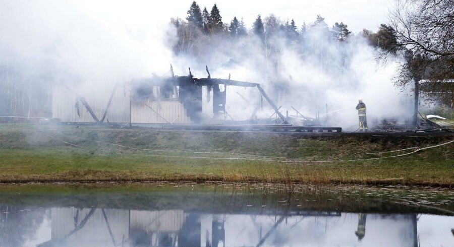 ARKIVFOTO. Her kæmper en brandmand mod ilden i et asylcenter i Sverige, hvor der de seneste måneder været flere brande ved asylcentre, som formodes at være påsatte. Det har fået Sverige til at vælge at holde adresser på asylcentrene hemmelige, og overvejelser om lignende tiltag er blevet gjort i Norge.