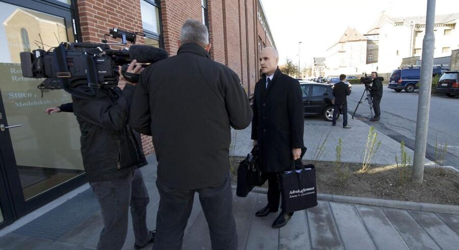 Advokater ankommer mandag 16. april 2012 til retssagen om det et år gamle dobbeltdrab i Tusindårsskoven. En 38-årig mand nægter sig skyldig.