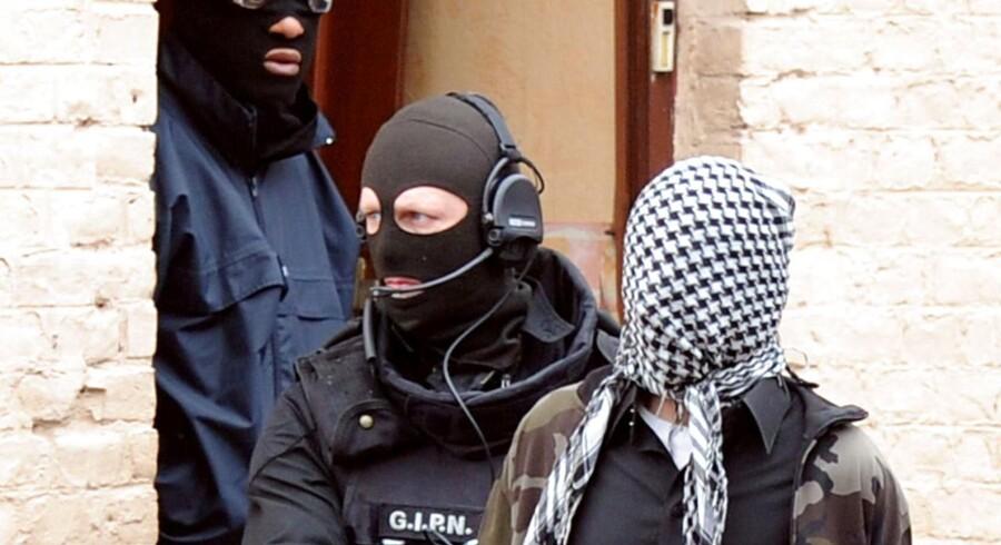 Maskerede specialenheder fra det franske politi anholder en mistænkt radikal ekstremist.