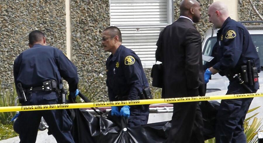 Politiet rydder op efter den bevæbnede mands besærkergang på et kristent universitet i Oakland, USA.
