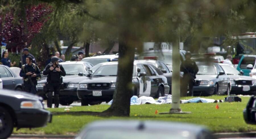 Politiets indsatsstyrke ankommer til Oikos University i Californien, hvor et skoleskyderi har fundet sted.