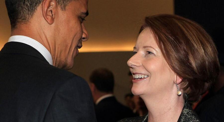 - Jeg er gode venner med Barack Obama. Jeg siger til ham: »Så du tror, at det er hårdt at være afro-amerikaner? Prøv at være mig. Prøv at være en ikke-troende, barnløs, ugift kvinde som premierminister,«, har Australiens premierminister Julia Gillard (th.) angiveligt sagt til et middagsselskab for nyligt.