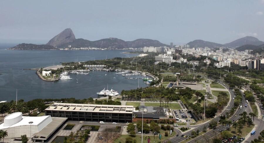 Marinaen her i udkanten af Rio de Janeiro tilhører milliardæren Eike Batista, hvis søn for nylig var involveret i en dødsulykke, hvor en fattig arbejder mistede livet. Ulykken har skærpet fokus på forskellen mellem rig og fattig i Brasilien.