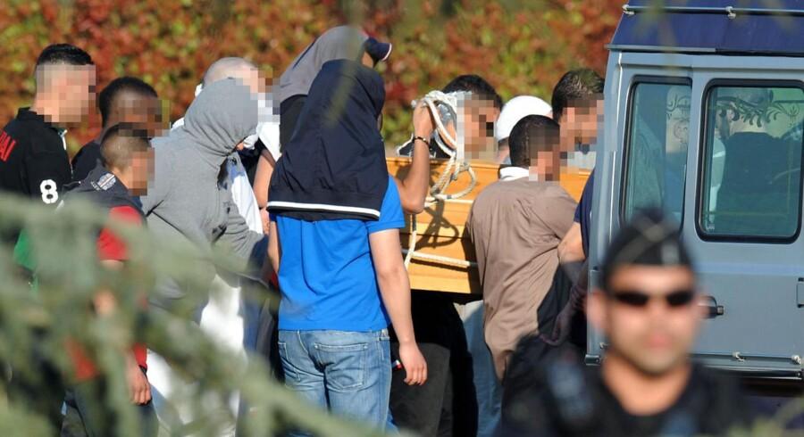 Pårørende til terroristen Mohamed Merah begraver den 23-årige på en lokal kirkegård i Toulouse.