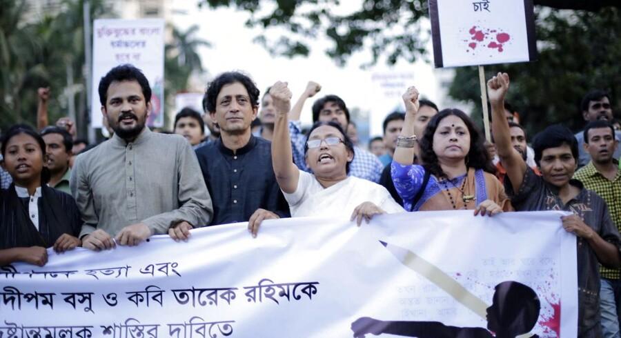 Aktivister på gaden i Dhaka, efter endnu en blogger er blevet dræbt