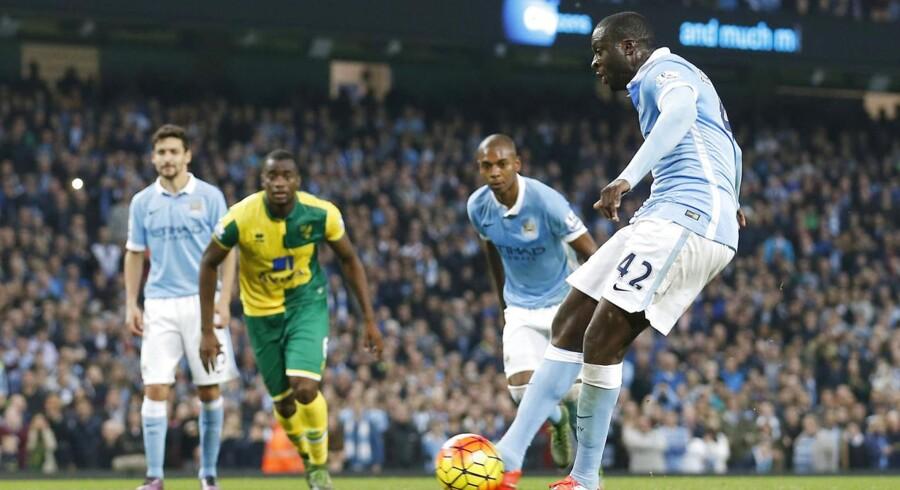 Yaya Touré scorer her på straffespark til 2-1 for Manchester City mod Norwich. 2-1 blev også kampens resultat.