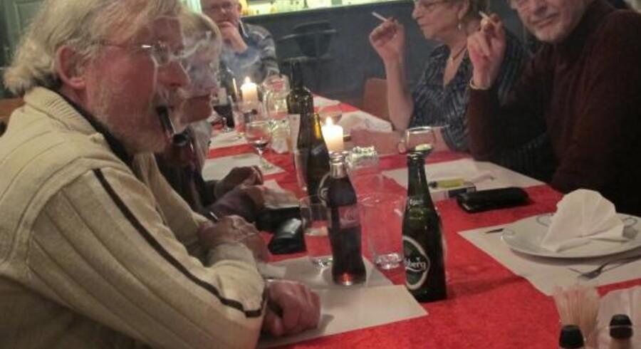 Møde i Rygervennerne 50. Røgen ligger tæt.
