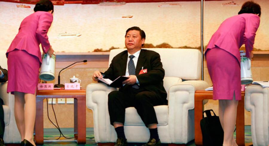 Kinas formentlig kommende præsident, Xi Jinping, er ikke kendt for at gøre noget synderligt væsen af sig. Det er derimod hans hustru, den folkekære sangerinde og generalmajor, Peng Liyuan.