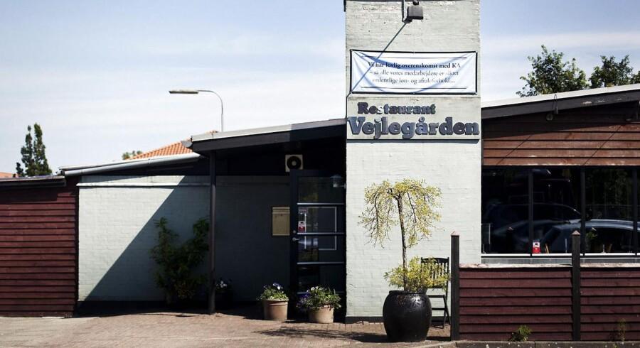 Fire personer har bedt Restaurant Vejlegårdens Støtteforening om at genrejse restauranten, der lukkede efter en konflikt med 3F og en sigtelse for brandstiftelse mod den tidligere forpagter, Amin Skov.