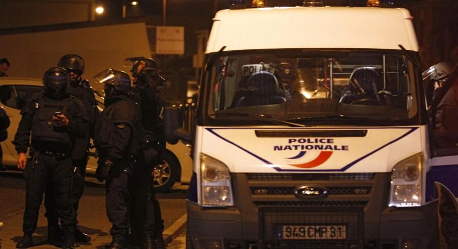 Vidner hørte i nat skud ved det lejlighedskompleks, hvor terroristen har forskanset sig.