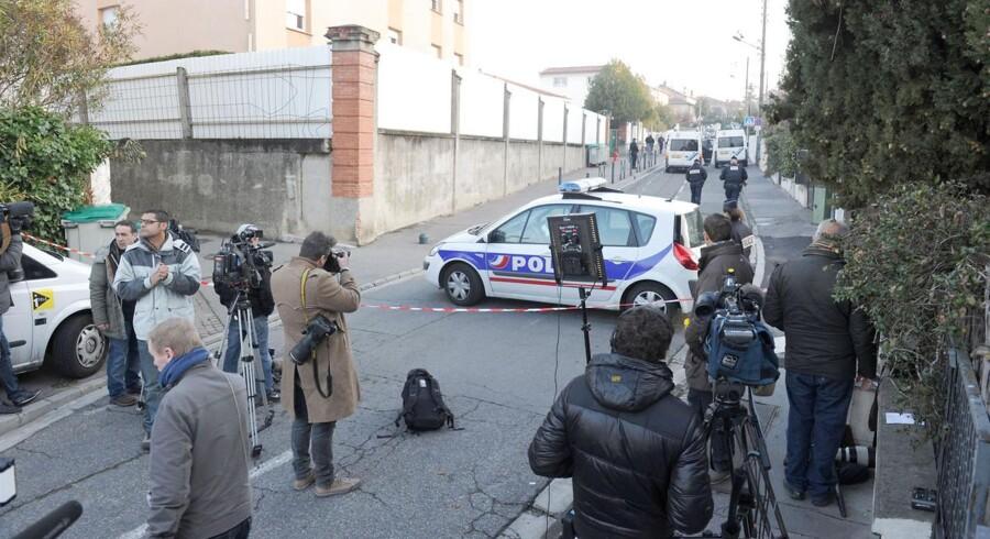 Journalister har samlet sig foran den jødiske skole i Toulouse, hvor fire personer mandag blev dræbt.