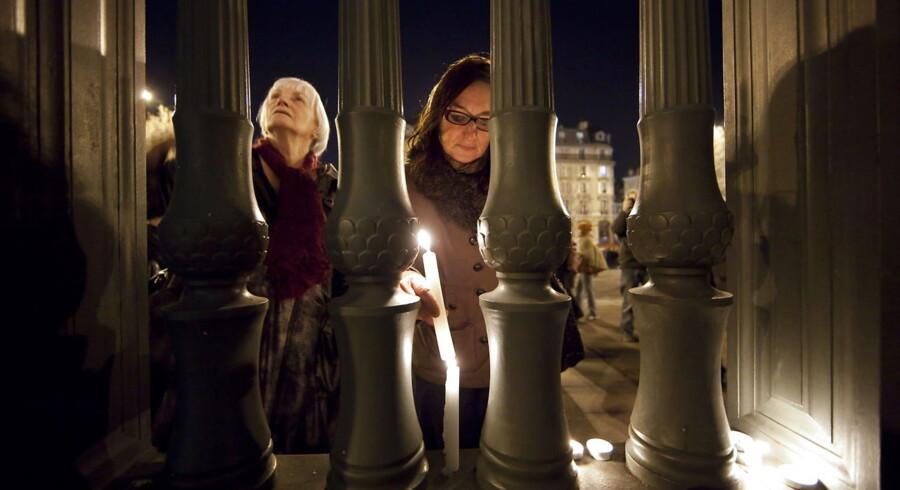 Medlemmer af det jødiske samfund i Paris tænder lys for de dræbte på Bastille-pladsen.