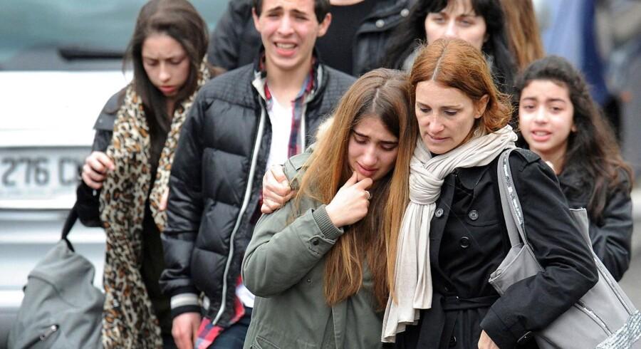 """Folk forlader området omkring den jødiske skole """"Ozar Hatorah"""" i Toulouse, der mandag blev ramt af en tragedie. En mand på motorcykel åbnede ild på skolen og dræbte fire, heraf tre børn."""