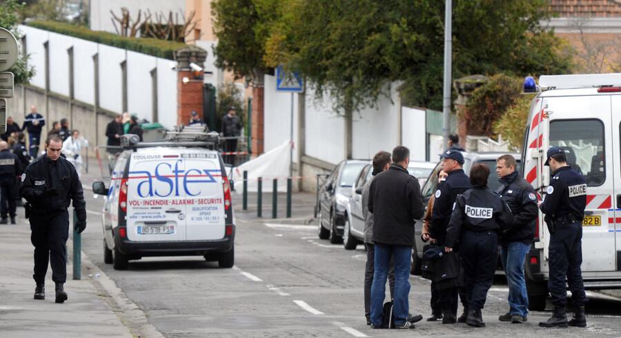 """Politifolk arbejder nær den jødiske skole """"Ozar Hatorah"""" i Toulouse."""