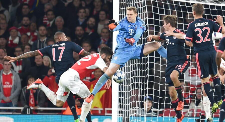Bayern-målmand Manuel Neuer har her fejlbedømt et indlæg, og Olivier Giroud er ved at bringe Arsenal foran.