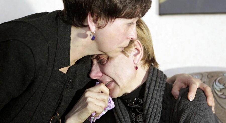 En bekendt trøster Lyubov Kovalyova, der er mor til Vladislav Kovalyov, som er en af de to henrettede mænd.