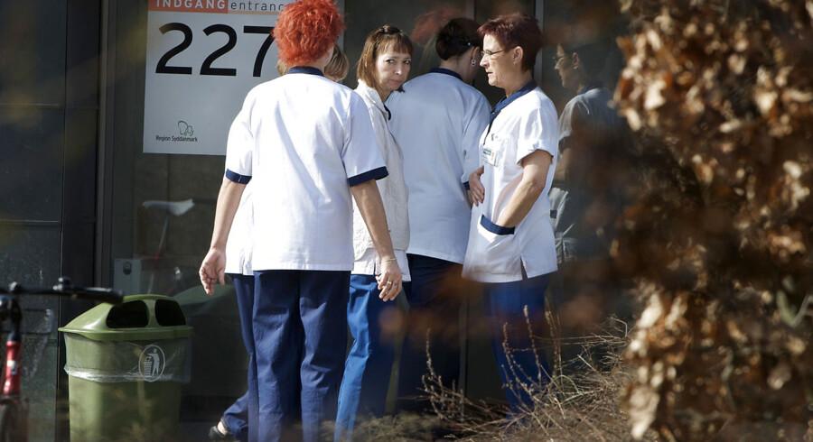 Ansatte fra Odense Universitets Hospital (OUH) er gået udenfor fredag d. 16 marts 2012. Tidligere på dagen angreb en psykisk syg patient tre ansatte med kniv.