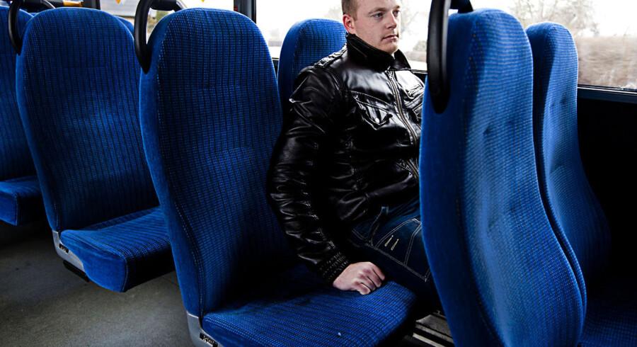 25-årige Martin Christensen er på kontanthjælp og kører hver dag 24 kilometer fra Snertinge ind til Kalundborg for at sidde mellem kl. 9 og 11 om formiddagen og søge arbejde. For mindre end et årti siden, hed det, at unge, der i dag er mellem 20 og 30 år, ville gå en gylden fremtid i møde, og at de ville kunne vælge og vrage mellem job, fordi de var små årgange. Sådan ser det ikke længere ud.