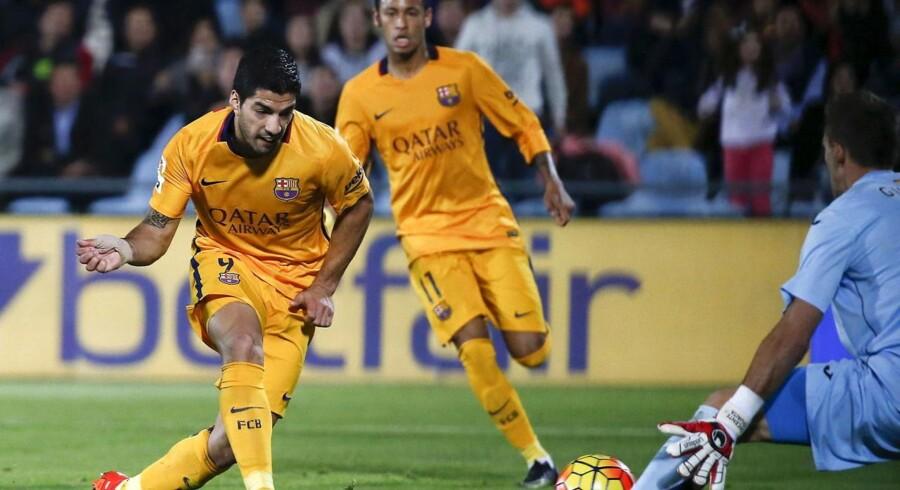 Luis Suárez (tv) bringer her FC Barcelona foran i kampen mod Getafe. De spanske mestre vandt 2-0.