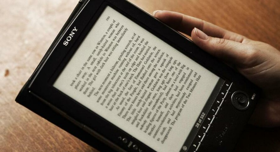 Den førende danske e-bogshandel, Saxo.com, flytter distributionen ud af landet og til Luxembourg, hvor momsen er meget lavere.