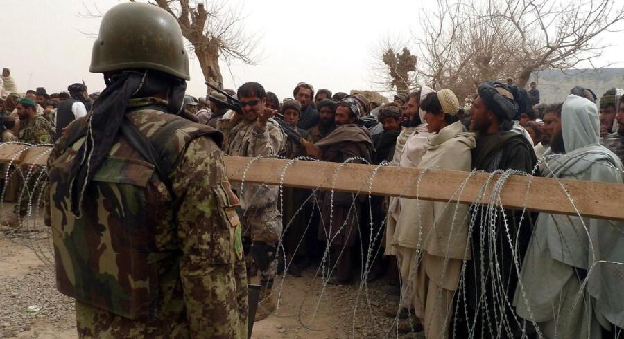 Afghanere samles ved en Nato-base i Panjwai-distriktet i Kandahar for at protestere over en amerikansk soldats nedslagtning af 16 civile, herunder kvinder og børn.