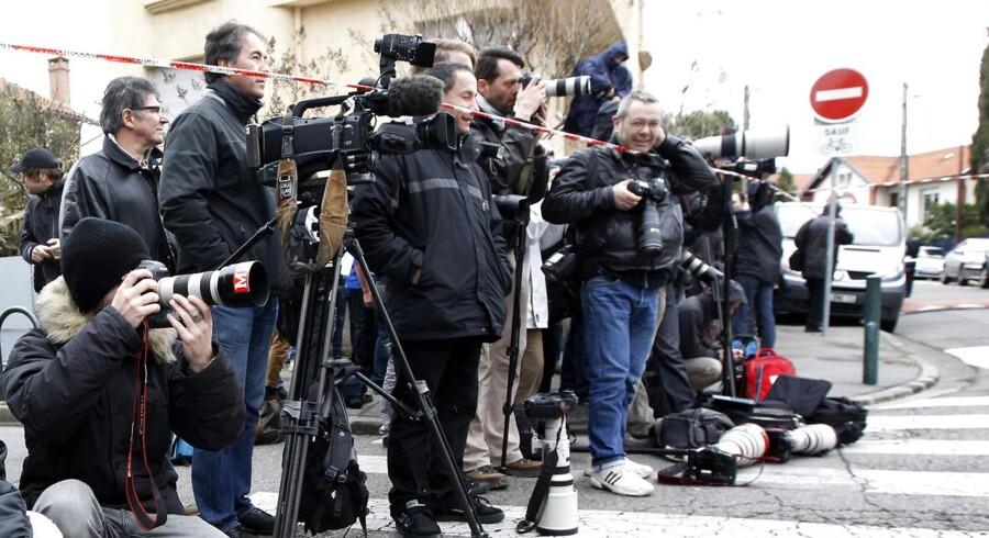 Massivt medieopbud foran huset, hvor den mistænkte barrikaderede sig.