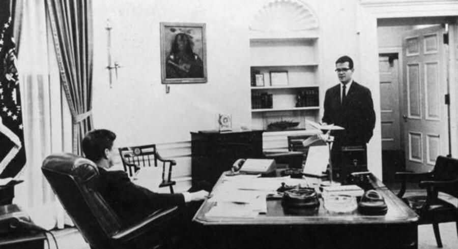 Ted Sorensen konfererer med John F. Kennedy i Det Ovale Værelse i 1963 – året da Kennedy blev myrdet.