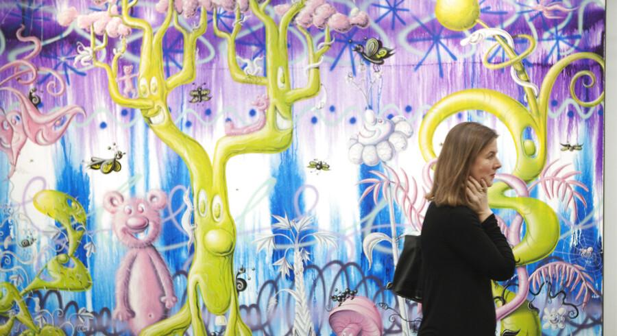 En kvinde besøger The Armory Show i New York, der er et fremragende udstillingsvindue for danske kunstnere.