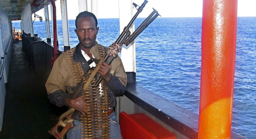 En gennemgang af alle offentliggjorte rapporter om skudepisoder som EUs og NATOs flådestyrker har været involveret i siden 2010, viser Danmark står halvdelen af alle piratdrab. Her ses en somalisk pirat bevæbnet med et russisk maskingevær.)