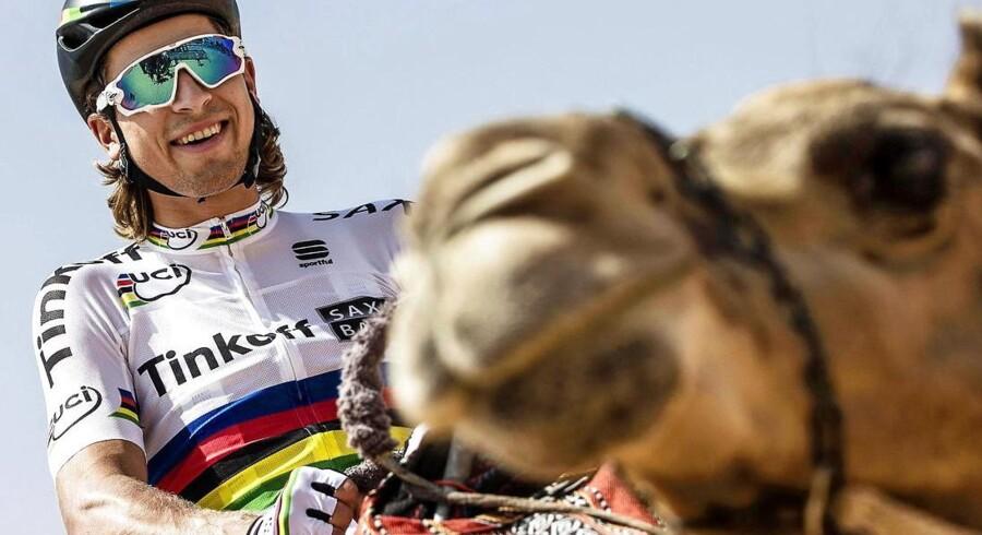 Peter Sagan er kommet på kamelryg i Abu Dhabi Tour og flasher sine forfærdelig hvide bukser - modepolitiets fjendebillede nummer et. Den slovakiske supermand blev i øvrigt slået af Viviani på anden etape.